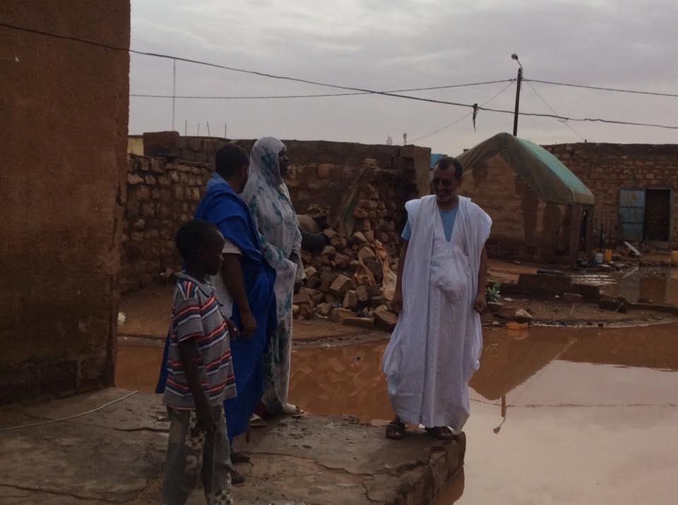 عمدة العيون مع إحدى الأسر المتضررة جراء الأمطار