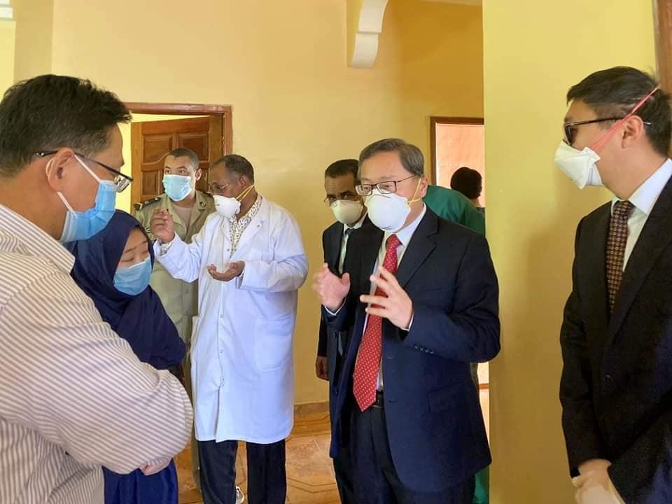 السفير الصيني داخل مركز الاحتجاز المخصص للمشتبة بإصابتهم بفيروس
