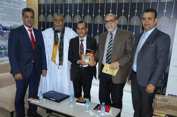 """الشاعر سيدي الأمجاد خلال توفيع نسخ من ديوانه """"عيون الخيل"""" في معرض الكتاب الدولي بالدار البيضاء"""