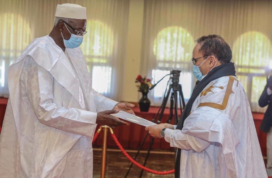 السفير الموريتاني في مالي أحمدو ولد أحمدو خلال تسليم أوراق اعتماده لرئيس المرحلة الانتقالية في مالي با انداو
