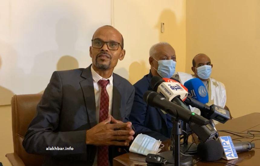 أعضاء في هيئة دفاع الرئيس السابق خلال مؤتمر صحفي مساء اليوم (الأخبار)