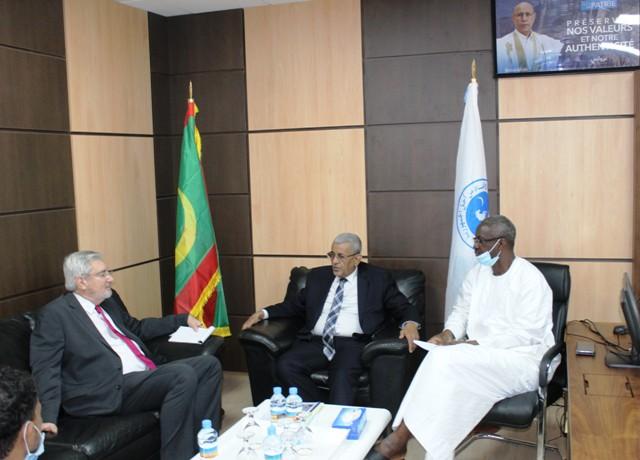 الأمين العام للحزب، ورئيسه، خلال لقائهما مع سفير جنوب إفريقيا اليوم