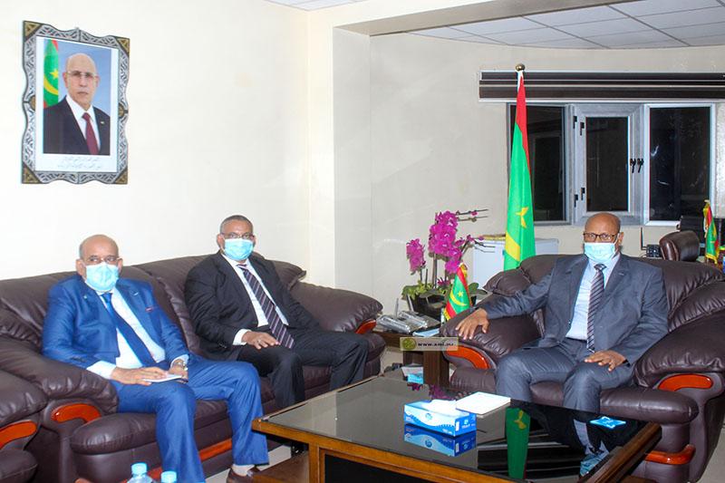 """وزير الزراعة خلال مباحثاته مع الأمين التنفيذي لـ""""سلس"""" (وما)"""