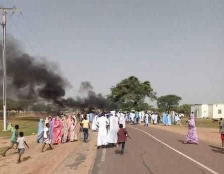 جانب من الاحتجاجات التي عرفتها المدينة أمس، وكانت بدايتها بسبب انقطاعات الكهرباء