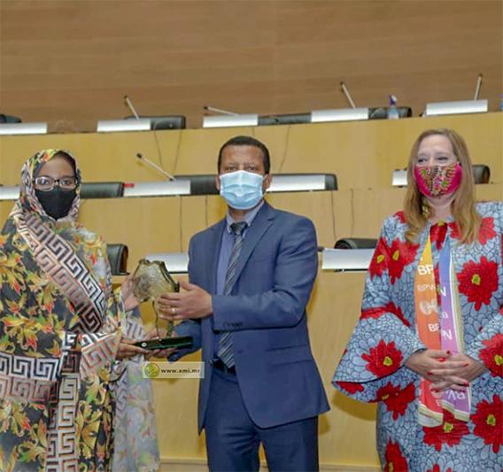 السفيرة الموريتانية بأثيوبيا، ومندوبتها لدى الاتحاد الإفريقي خديجة امبارك فال خلال تسلم الجائزة (وما)
