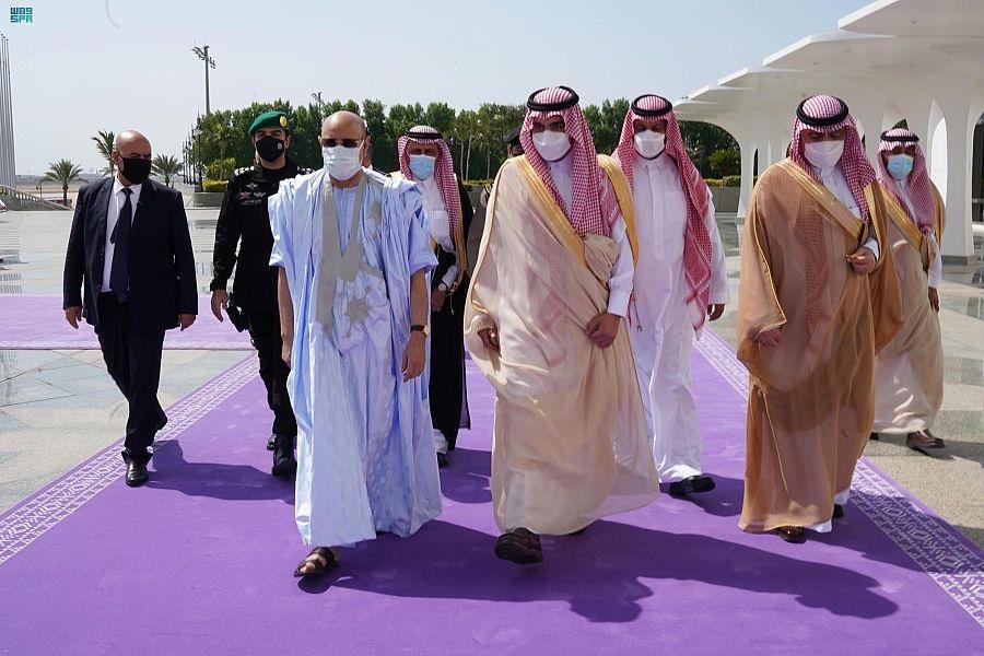 الرئيس محمد ولد الغزواني خلال استقباله اليوم في مطار جدة في بداية زيارة تتضمن أداء مناسك العمرة