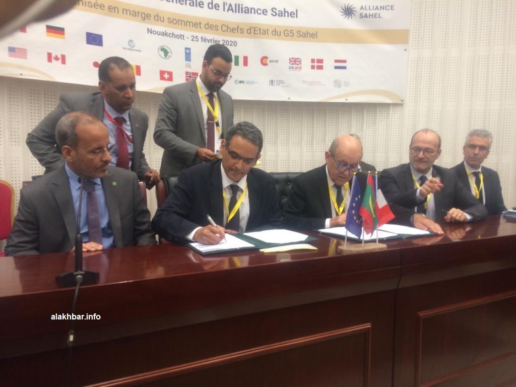 منصة توقيع الاتفاقية اليوم في قصر المؤتمرات القديم بنواكشوط (الأخبار)