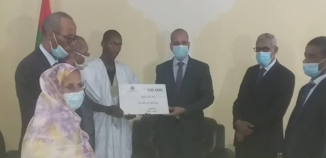 وزير التهذيب خلال تسليم التكريم للتلميذ إبارك فيه ولد خير الله