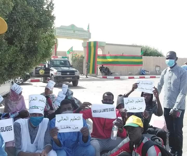 المحتجون أمام وزارة التعليم العالي قبل تفريق الشرطة لهم