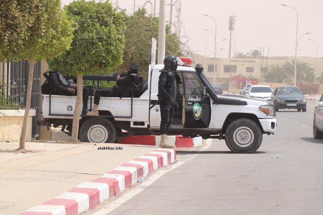 سيارة شرطة في مدخل قصر العدل بنواكشوط الغربية أثناء مثول ولد عبد العزيز والمتهمين معه (الأخبار - أرشيف)