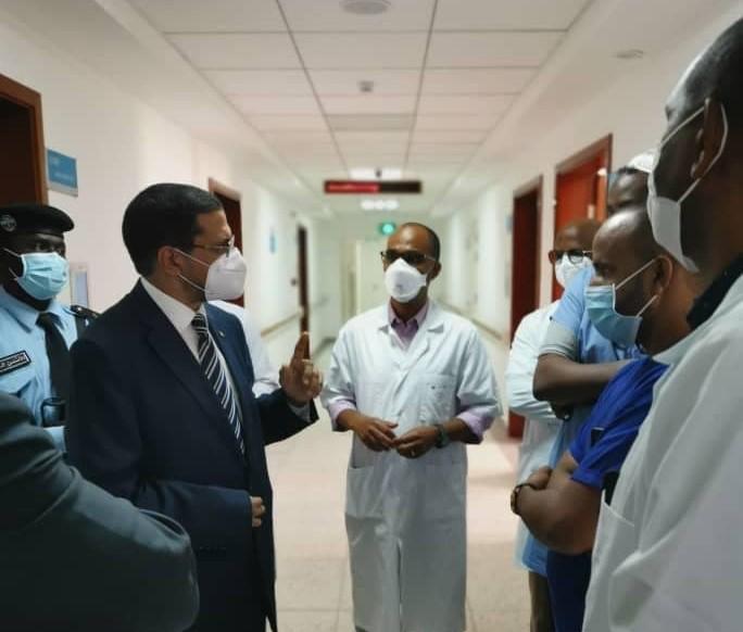 وزير الصحة الموريتاني محمد نذير ولد حامد مع بعض الطواقم