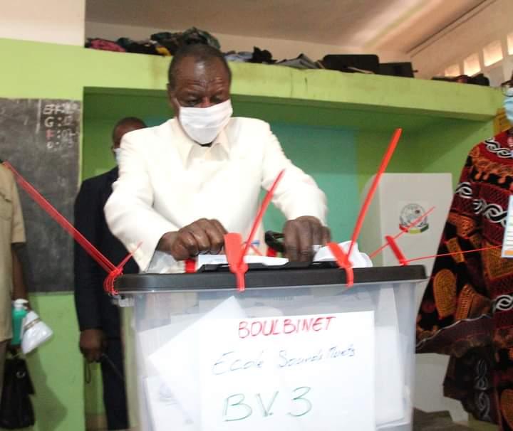 ألفا كوندي: رئيس غينيا كوناكري لدى تصويته في الانتخابات الرئاسية