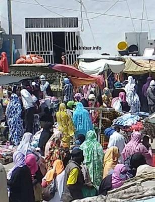جانب من الإقبال في السوق المركزي صباح الجمعة/ الأخبار