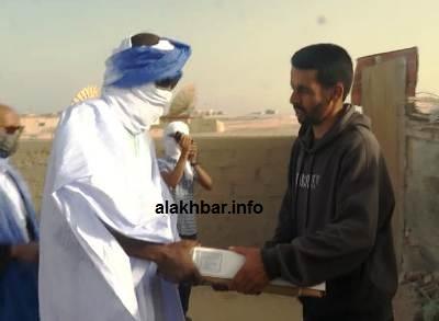 رئيس سلطة المنطقة الحرة يسلم كيسا لأحد المستفيدين / الأخبار