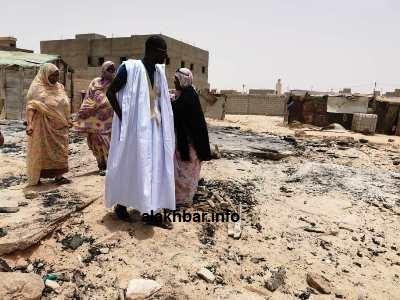 جانب من زيارة رئيس المنطقة الحرة أحمدوالتجاني أتيام للأسرة التي احترقت وقدم لها مساعدة مالية/ الأخبار