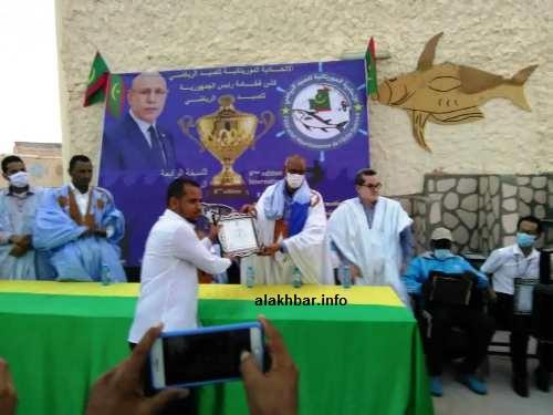 الأمين العام لوزارة الشباب يسلم جائزة لأحد المتصدرين في المسابقة البحرية/ الأخبار
