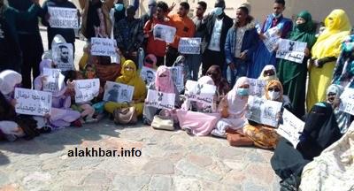 جانب من الوقفة الإحتجاجية التي نظمت صباح اليوم أمام قصر العدالة في نواذيبو للمطالبة بإطلاق سراح الصحفي أحمد ولد محمد سالم/ الـأخبار