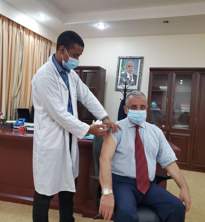 جانب من تلقي رئيس المنطقة الحرة لجرعة ضد وباء كورونا/ الــأخبار