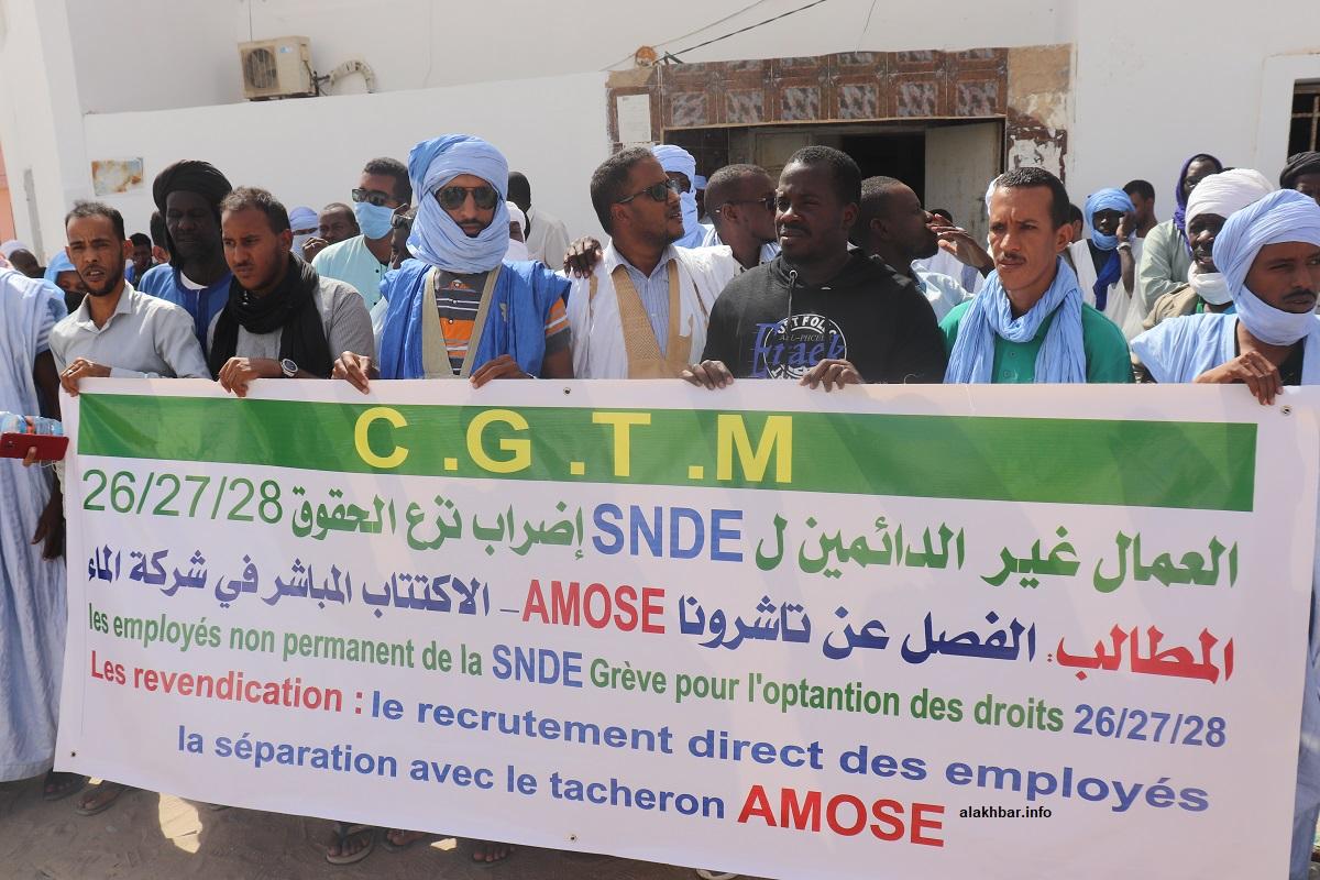 العمال غير الدائمين في شركة المياه خلال تظاهرتهم اليوم