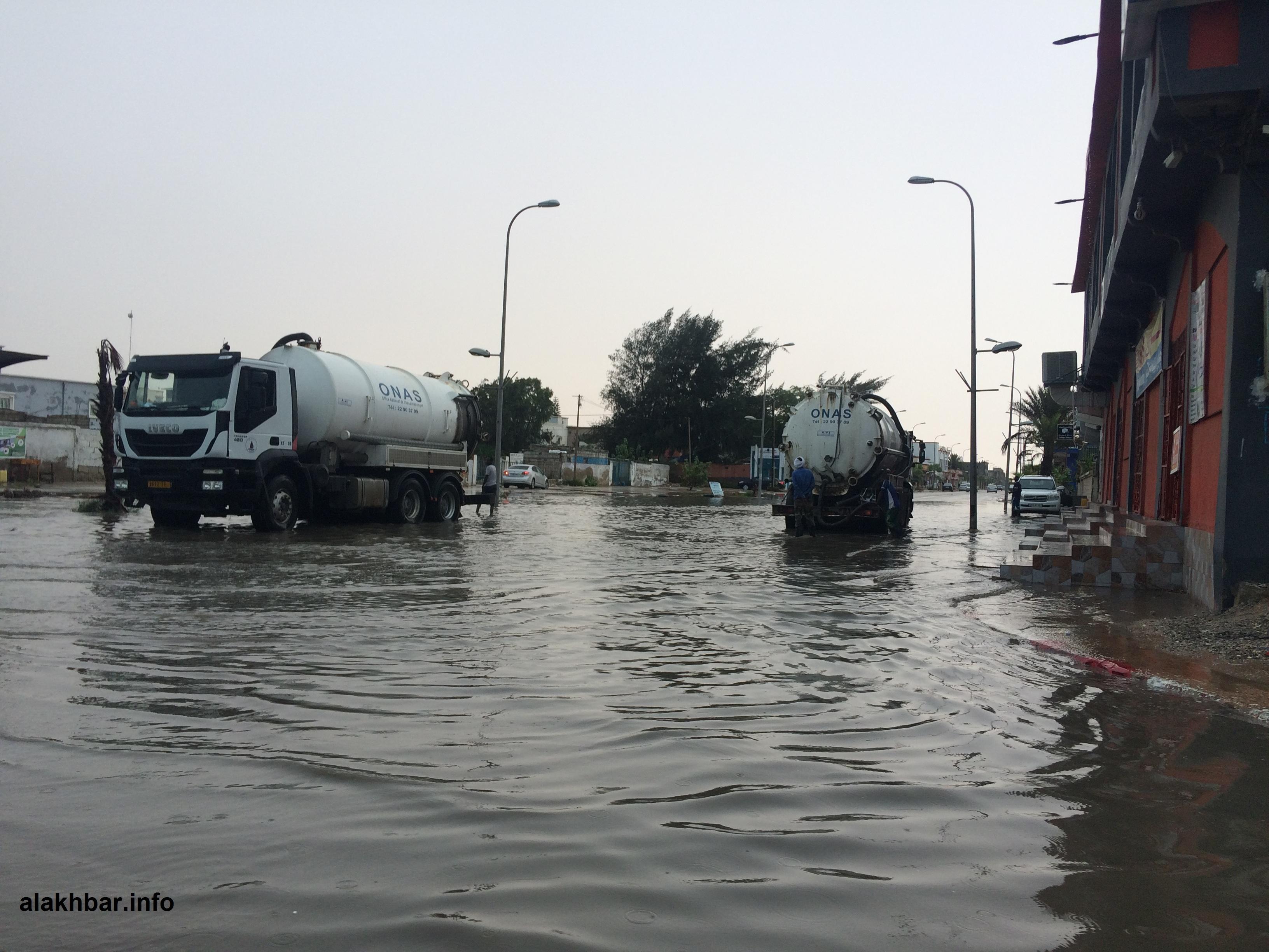 آليات تابعة لمكتب الصرف الصحي خلال سحب مياه الأمطار بداية الشهر الجاري (الأخبار)
