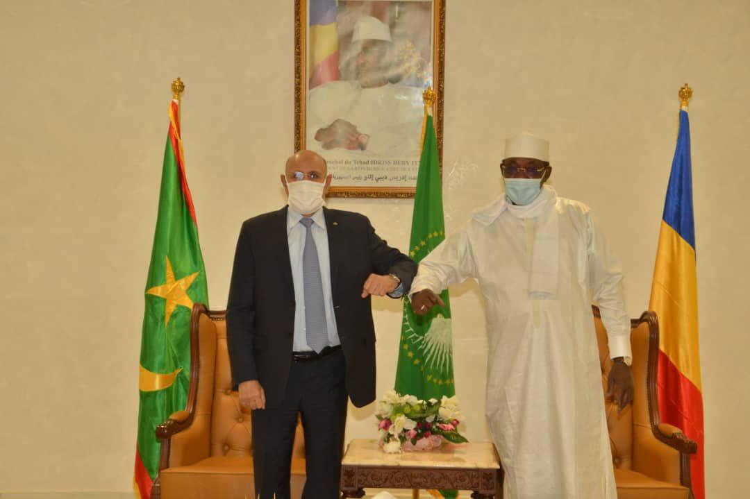 الرئيس الراحل إدريس ديبي مع الرئيس محمد ولد الغزواني خلال لقاء بينهما منتصف فبراير الماضي في انجامينا