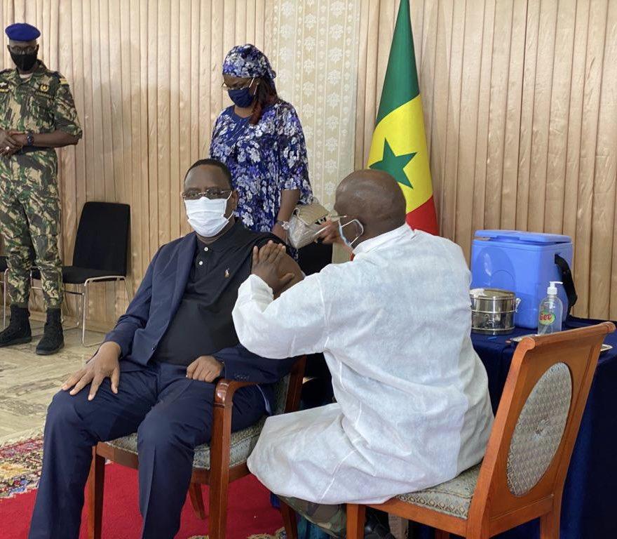الرئيس السنغالي ماكي صال خلال تلقيه جرعة لقاح ضد كورونا