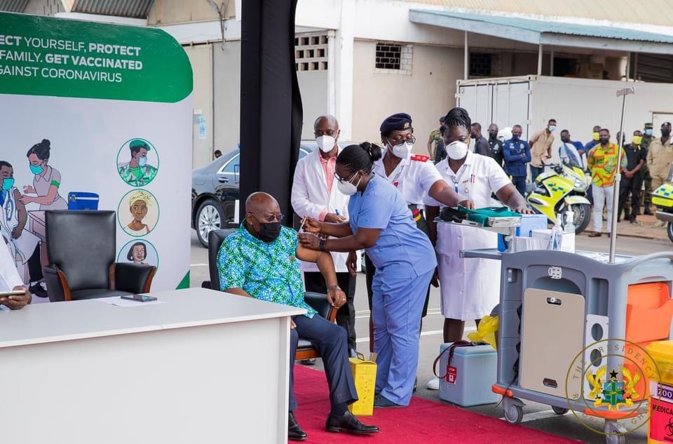 الرئيس الغاني نانا أكوفو أدو خلال تلقيه جرعة لقاح مضاد لكورونا