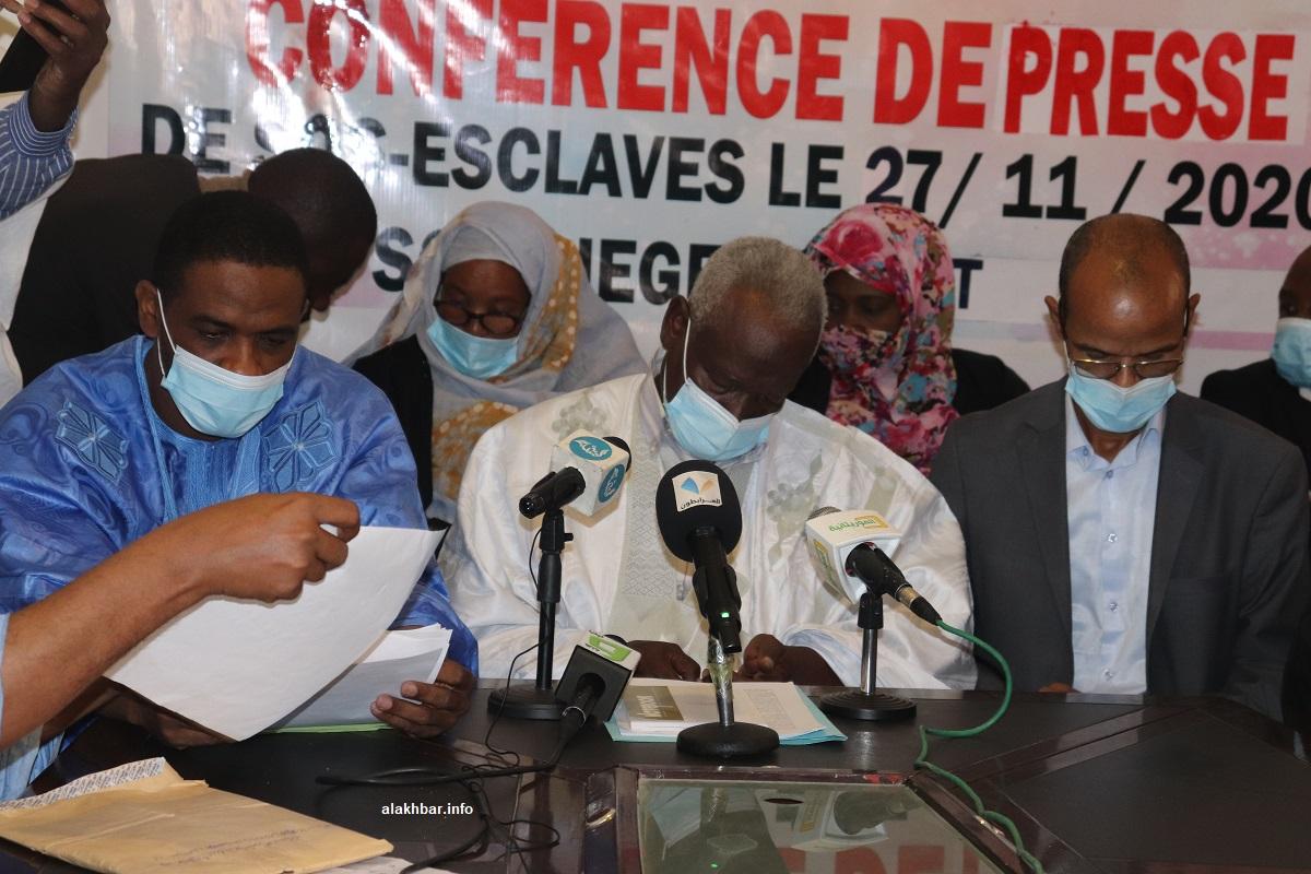 رئيس المنظمة بوبكر ولد مسعود يتوسط المحامين خلال المؤتمر الصحفي اليوم (الأخبار)