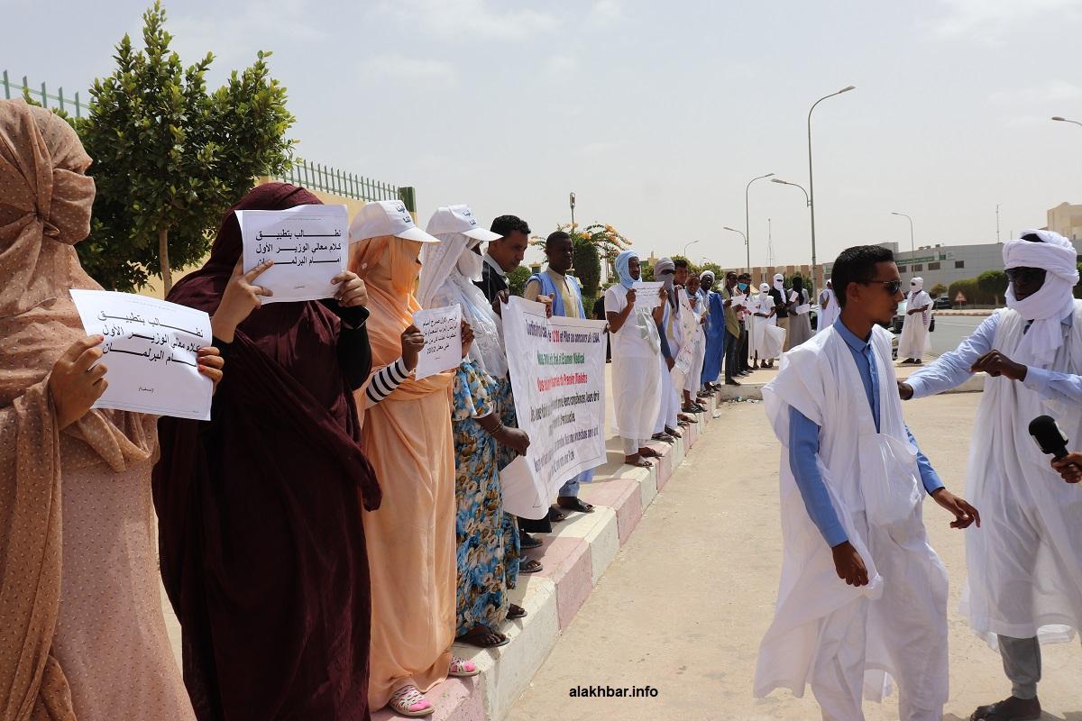 المشاركون في المسابقة خلال احتجاجهم اليوم أمام مباني الوزارة الأولى (الأخبار)