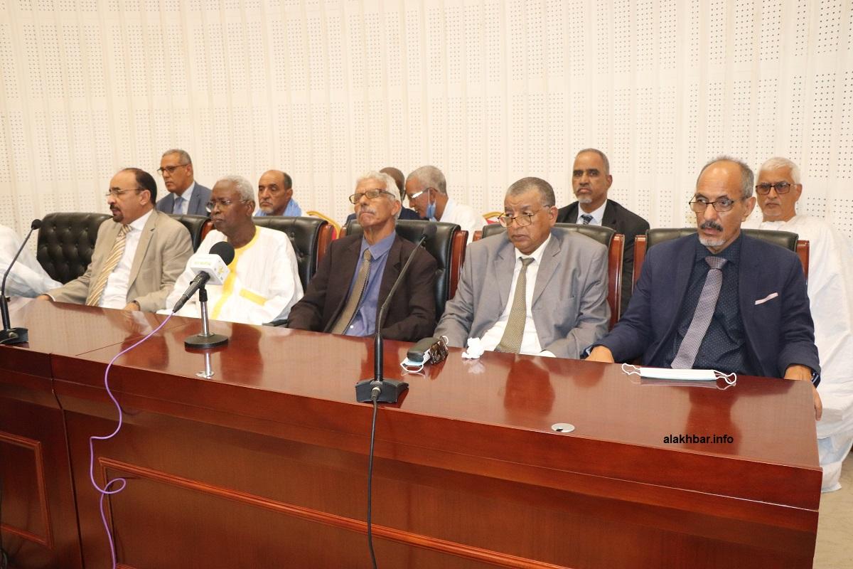 نقيب المحامين وعدد من النقباء السابقين خلال المؤتمر الصحفي اليوم بقصر المؤتمرات القديم (الأخبار)