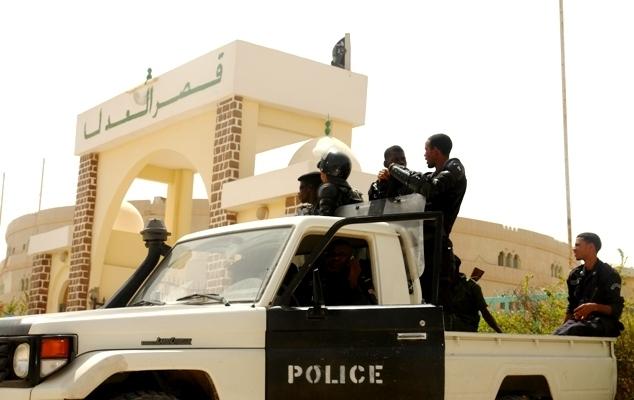سيارة من الشرطة جنب بوابة قصر العدل بنواكشوط الغربية