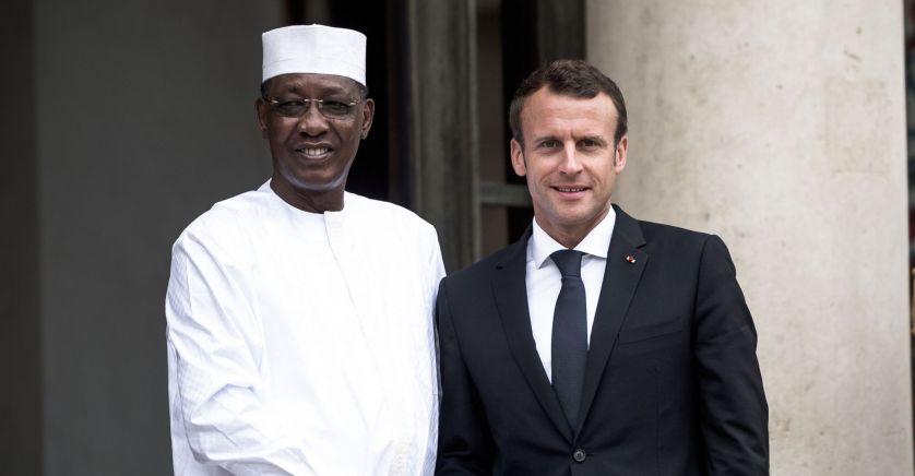 الرئيس الفرنسي إيمانويل ماكرون والرئيس اتشادي الراحل إدريس ديبي
