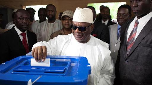 الرئيس المالي إبراهيم بوبكر كيتا خلال الإدلاء بصوته في انتخابات سابقة