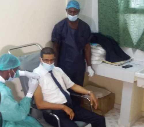 رئيس جهة نواذيبو تلقى جرعة اللقاح اليوم / الأخبار