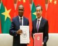 وزير الخارجية الصيني وانغ يي ونظيره البوركيني ألفا باري لدى توقيعهما على إقامة العلاقات بين البلدين.