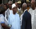 الرئيس المالي ابراهيم بوبكر كيتا رفقة نظيره البوركيني روك مارك اكريستيان كابوري خلال زيارة لمكان وقوع الهجوم بواغادوغو.