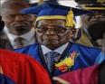 الرئيس الزيمبابوي روبيرت موغابي خلال أول ظهور علني له منذ وضعه تحت الإقامة الجبرية.