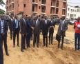 رئيس ساحل العاج الحسن واتارا وعدد من وزراء الحكومة خلال زيارة للأحياء المتضررة بأبيدجان.