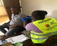أحد أفراد الجالية الموريتانية في غينيا بيساو خلال تلقي التطعيم المضاد لكورونا