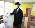 الرئيس الإيفواري الحسن واتارا خلال الإدلاء بصوته