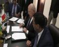 وزير الاقتصاد والمالية الفرنسي ميشيل سابين ونظيره الموريتاني المختار ولد اجاي خلال توقيع اتفاقية تمويل بنواكشوط.