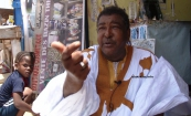 الفنان الموريتاني باب ولد النانه خلال حديثه مع الأخبار