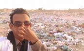أحد النشطاء نشر صورته وهو يمسك أنفسه قرب تجمع للقمامة في أحد أحياء نواكشوط