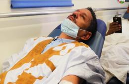 عمدة بلدية توجنين الدكتور محمد الأمين شعيب خلال تبرع بالدم مشاركة في اليوم التطوعي