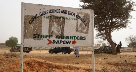 لوحة تشير إلى المدرسة التي اختطفت منها 110 فتيات بمدينة دابشي النيجيرية في 19 فبراير 2018.