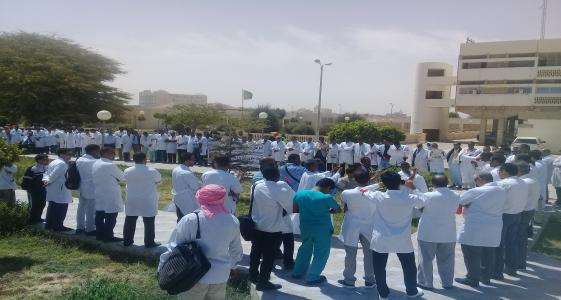 وقفة احتجاجية للأطباء خلال إضرابهم العام الماضي (الأخبار - أرشيف)