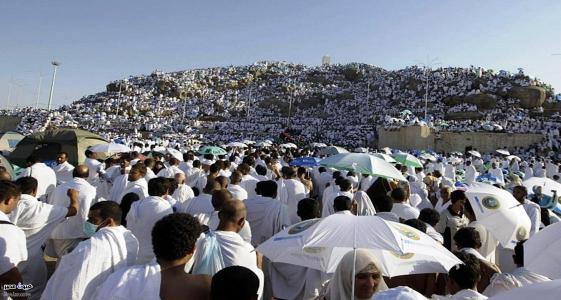 حجاج على جبل عرفة يوم الحج الأكبر