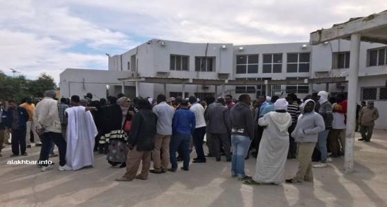 عمال الشركة خلال وقفتهم الاحتجاجية صباح اليوم بمقر الشركة في نواكشوط