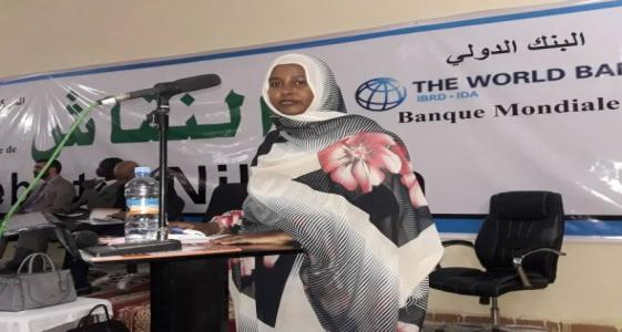 المهندسة بنت أحمد سالم خلال إدارتها للنقاش المنظم من طرف البنك الدولي العام الماضي