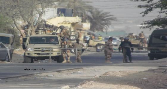 """حاجز أقامه الجيش على طريق """"لحرايث"""" الذي يربط مقاطعة السبخة بأجزاء من قلب العاصمة نواكشوط ـ (الأخبار)"""